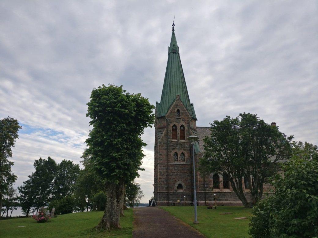 Sandviks kyrka, en av sevärdheterna längs Fegen runt