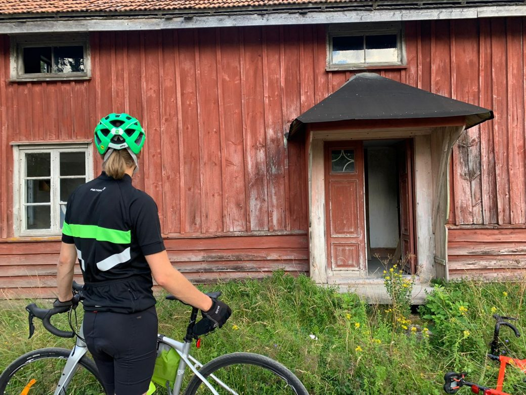 Vi cyklade förbi flera ödehus när vi cyklade Fegen runt
